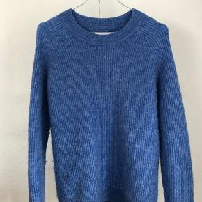 En flot blå sweater fra envii men sælger den da jeg ikke for den brugt.