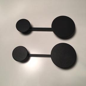 2 stk. Afteroom Coathangers i sort pulverlakeret zink. Længde: 21 cm. Bredde: 4 cm. Dybde: 7.4 cm.