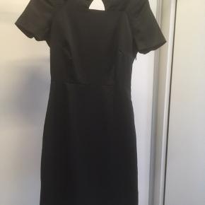 Mærke: In Wear Størrelse: 32, passer også str. 34 Farve: sort Materiale: 54% polyester, 42% viscose, 3% elastan Kjolen: en elegant  kjole, med klassisk snit. Kort ærme og lynlås i siden. Stoffet er blankt og kjolen er foret Stand: næsten som ny, brugt få gange  Sælges kr. 175 #Secondchancesummer Bytter ikke Sætter pris på tilfredse købere
