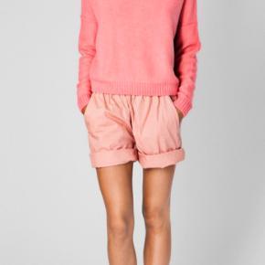 Aiayu Juna sweater i Coral . Prisen er fast . Anmod om køb hvis den skal være din 🌸🌸 Den er ikke brugt og ej heller været vasket .