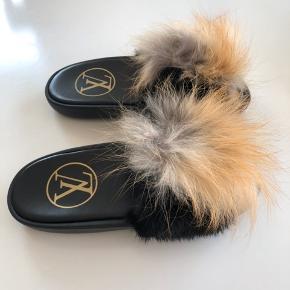 Louis Vuitton sandaler med pels. (Ræv og mink)  Aldrig brugt! Str. 39. Np. 650£ - svarer til ca. 5500Dkk.  BYD!
