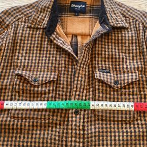 Varetype: Langærmet Farve: Brun,Brunlig,Gul,Mørkebrun  Meget lækker tyk skjorte (to lag) i 100% blød bomuld. Brugt een gang. Ærmelængde målt fra armhulen er ca 50 cm