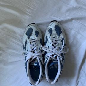 Fede Reebok sneakers har set bedre dage men kan sagtens stadig bruges. De er slidt og kunne godt trænge til lidt lim, derfor også sat billigt. Fitter tts