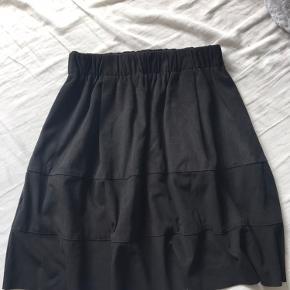 Hej, sælger denne ruskinds nederdel fra Noisy May, i str. xs. Den er sort og næsten ikke brugt🥰