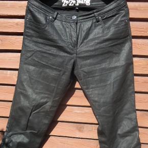 Smarte knickers i lidt halvblankt stof, giver dem et rustikt look. Der er lynlås i buksebenet og rynker, super flotte knickers med stræk.  Livvidde 2 x 47 cm + stræk Indvendig benlængde 60 cm