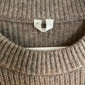 100% uld, pasformen er lidt oversize. Lillesmule Uundgåeligt fnuller, men man kan fjerne det med en cashmere sten