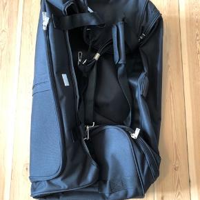 Sælger denne fine Adax kuffert. Aldrig brugt og stadig med mærke.  Højde: 37 Bredde: 39 Dybde: 71 Vægt: 3kg