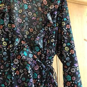 Blomstret slå om kjole fra Junarose i str EU 48/ UK 22.