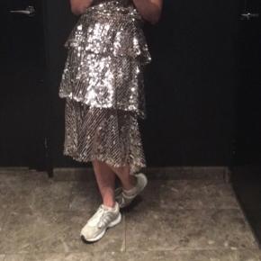 Zara nederdel i sølv med palietter, super fin til en aften ude eller til sommerferien sydpå   størrelse: S   pris: 200 kr  fragt: 37 kr   Den er brugt 1 gang