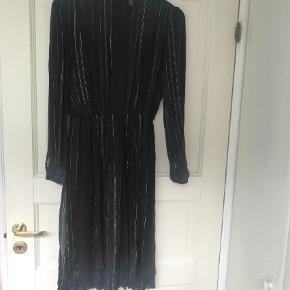 Varetype: Midi Farve: Sort Oprindelig købspris: 3799 kr.  Rigtig fin kjole fra Heartmade i sort med tynde sølvstriber. Materiale: 98% silke og 2% Lurex.