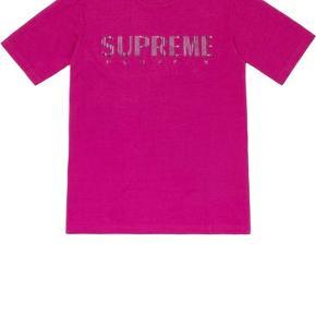 Helt ny, aldrig brugt, end ikke åbnet, super fed Supreme t-shirt, incl pose og klistermærke. Køber betaler porto.