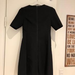 Helt ny kjole fra COS i størrelse 34  Bud modtages gerne!