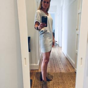 Lækker anderledes klassisk kjole som fremstår i rigtig fin stand.  Størrelsen svarer til XS-S  Køber betaler Porto