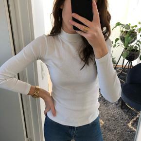 """Mads Nørgaard hvid bluse Har noget """"plettet"""" på forsiden samt et lille hul (se billeder) synes dog ikke det er noget man ligger mærke til når den er på.  Str. S, lækker rib kvalitet  Pris er sat efter stand"""