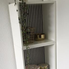Sælger fire hvide bogkasser / reol fra House Doctor.  De har oprindeligt haft Retro blomstrede bagbeklædning, men er nu betrukket med stribet stof. Det kan dog tages af og du kan beklæde dem med andre materialer og mønstre hvis det ønskes.   De har hængt på væggen så derfor er der monteret beslag på dem da de oprindelige beslag ikke var kraftige nok, da kasserne er meget tunge. De kan fjernes hvis du vil have dem til at stå på gulvet som på foto.   De har lidt brugsspor men ikke noget helt alarmerende.  Fra røgfrit og dyrefrit hjem  Pris pr. Kasse 75 kroner.   Sender gerne flere billeder på mail hvis det ønskes