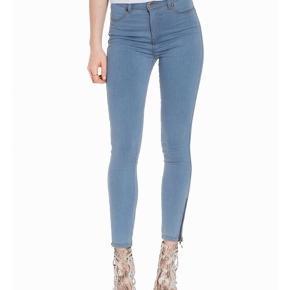 Dr dennim jeans brugt 2 gange så ikke udvidet eller noget  Ens med dem på billedet dog uden lynlås
