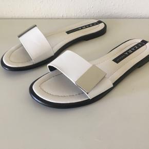 Flotte elegante hvide sandaler str. 36 fra Zara sælges. De er brugt få gange. Se også også mine andre spændende annoncer🌸  Efterårskampagne: Ved køb af to af mine annoncer, hvor  priserne er 75 kr pr. del, gives der rabat, så samlet pris for to dele a 75 kr er 125 kr ☀️  Tags: Zara Sandaler Hvid Sølv  Str. 36