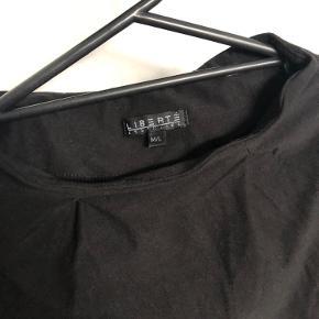 Liberte Alma t-shirt i sort i str. M/L.