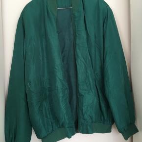 Vintage Bomber  100 % silke  Har et par hvide malerplettr ved højre lomme der sandsynligvis kan komme af - har ikke prøvet