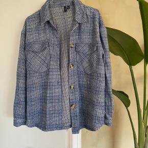 Fineste skjorte i blødt materiale. Fitter oversize 💙