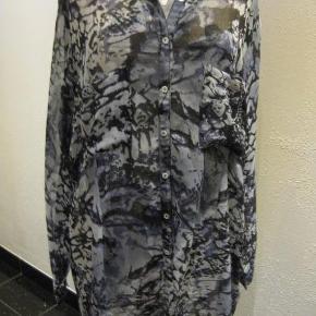 Carmakoma gennemknappet transparent skjorte tunika str S Bm 2x66 cm Længde 89 cm runder op i siderne - polyester ingen stræk - går lige ned - 100 kr plus porto Sort/lys grå/blå? (m4750)