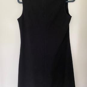 Super smuk kjole med lille slids fortil.
