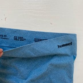 Sælger disse mega gode tights fra Hummel. Sælger dem da de desværre er til den lille side;( Str. Sx/s  Np. 350kr  - på det ene ben er der dog et mini hul som kan ses på det sidste billede..