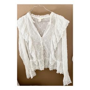 Smuk skjorte bluse fra H&M med fine detaljer. Købt som oversize. Så god som ny
