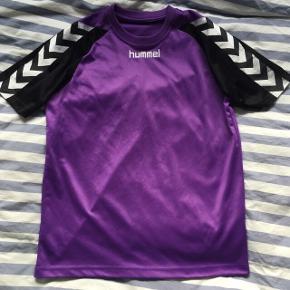 Lilla fodboldtrøje fra Hummel. Fejler intet. Køb hele sættet for 75 kr. :)