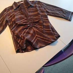 Skjorte med detaljer. Kan afhentes i Esbjerg eller sendes på købers regning