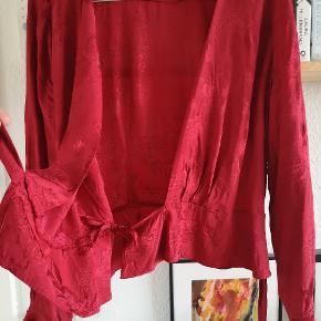 Fin slå-om-bluse med vævede blomsterdetaljer :-)