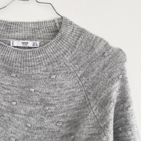 MANGO strik i grå, god brugt og har lidt fnuller som kan ses på billederne   Størrelse: S   Pris: 55 kr   Fragt: 39 kr ( 37 kr ved TS handel )