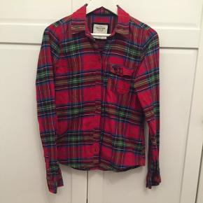 Skjorte fra Abercrombie&Fitch, str. M. Kun brugt få gange. Kan sende med DAO, køber betaler fragt.