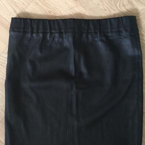Envii nederdel i 100% skind. Kun prøvet på derhjemme. Mål: talje: 80 cm (men med elastik) længde: 42 cm