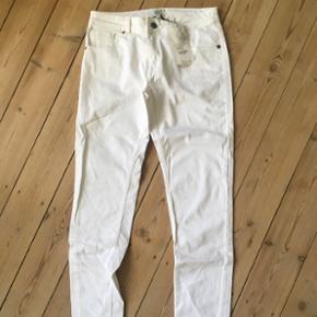Hvide jeans fra Noa Noa  Aldrig brugt, stadig med pricetag på 699,-  Str. 27 Byd