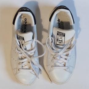 Adidas Stan Smith i virkelig god stand, kun gået med 1 dag da de er ca 1/2 størrelse for små til mig. Kommer med sko-boksen
