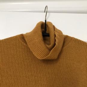 Gul, Karryfarvet turtleneak fra uniqlo Aldrig brugt BYD gerne  (Sweater, turtle, turtleneak, karry, orange, krave i halsen, høj krave, ripped)