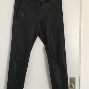 Varetype: Bukser Størrelse: 34  Farve: Sort  Super lækre cropped lammeskinds bukser fra Heartmade i str 34 i god stand