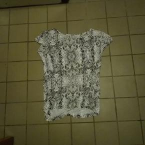 Jeg har en superflot bluse I str. M som jeg gerne vil sælge prisen kan forhandles varen kan sendes køber betaler fragt