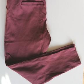 """Mørk gammelrosa bukser fra Only, str. S/32"""". Brugt 2 gange.  Livvidden 72 cm. Har elastik Længde 64 cm  Materialer: Viscose Elestan Nylon"""