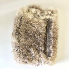 Yndig muligvis vintage muffedisse i grå kanin. Alder er ukendt men den er minimum 30 år gammel. Den har en lynlås så man kan gemme lidt værdier.  Der er desværre løbet nogle søm så den er åbnet ved kanten men hvis man gider er det nemt at reparere med en lille nål og tråd.  Pelsen er stadigvæk super smuk og den er virkelig fin alle steder.  Den er ideel til en rigtig 40-50'er kvinde/ pin-up stil. Eller hvis man er helt tilbage og klæder sig til 1500-1600-1700 tallet.  God til udklædning/ fastelavn/ rollespil