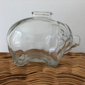 Lille sparegrise familie.... Fine gamle sparegrise i gennemsigtigt glas. Højden på de store måler 11cm, bredden måler 10cm og dybden måler 15cm. Den lille gris  måler 8cm, bredden 7cm og dybden 6cm. De er i fin stand.