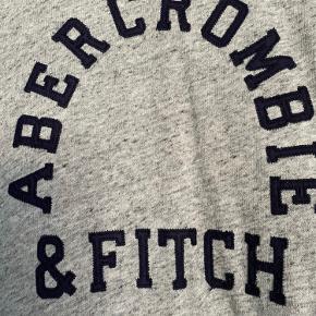 Fin tynd strik sweater. Lille i str og sidder bedst på en small eller medium.