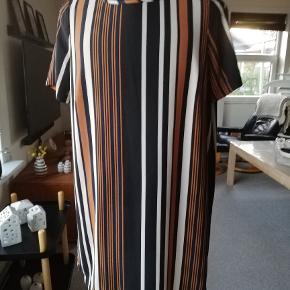 Dejlig let tunika/kjole. flotte farvekombinationer. Sort/brændt orange/hvid. Korte ærmer.