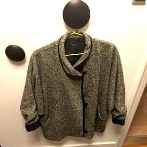 Kello uldjakke med bomuldsfor med læderknapper og flagermusærmer. Jakken er i fin stand. Str. L. 9700 Brønderslev