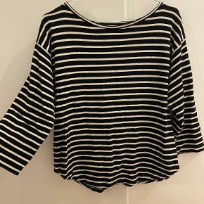Lækker strikket bluse fra Mads Nørgaard i klassisk sorte/hvide striber, trøjen har 3/4 lange ærmer   Kan afhentes i Odense C eller sendes på købers regning