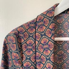 Smuk blazer/overdel i lyserøde, lilla og mørkeblå farver🌸🌸 Kan også sagtens passes af en medium. Den er et godt alternativ til den sorte blazer, og den går rigtig fint til demin💛