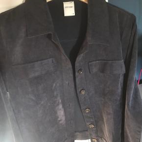 Lækker jakke i tyndt velour, super lækker med en top eller t-shirt under Mængderabat gives☀️