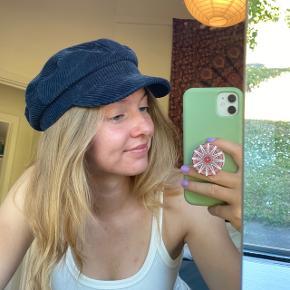 """Sød """"baker hat"""" / kasket fra Weekday i fløjl. Brugt et par gange, men absolut ingen tegn på brug. Får den desværre bare ikke brugt nok, så nu må den videre.  Byd endelig! :D"""