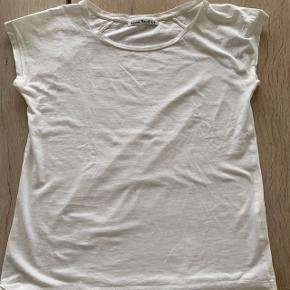 Super fed t-shirts fra Acne  Har desværre et par små huller se sidste billede Prisen er sat herefter